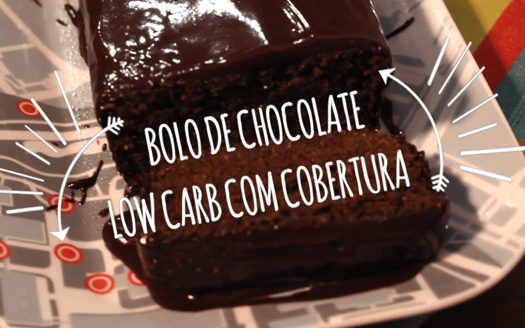 Bolo de chocolate low carb com cobertura cremosa